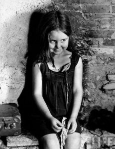ni_a_madrile_a_hija_de_refugiados_republicanos_en_Barcelona_1939_Margaret_Bourke_White
