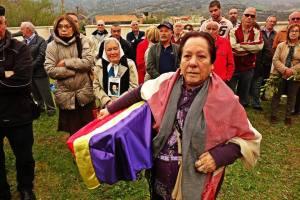 Juana Gutierrez, recogiendo los restos de su abuelo. En segundo plano Nora Morales de las madres de mayo.