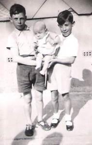 Victor, Román y un niño del barrio